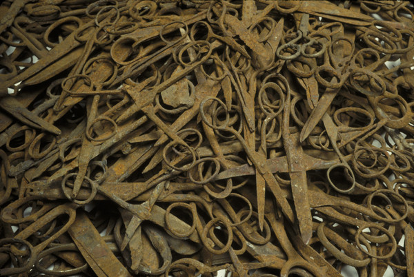 Scissors confiscated from prisoners upon their arrival at the Auschwitz concentration camp. US Holocaust Memorial Museum, courtesy of Państwowe Muzeum Auschwitz-Birkenau