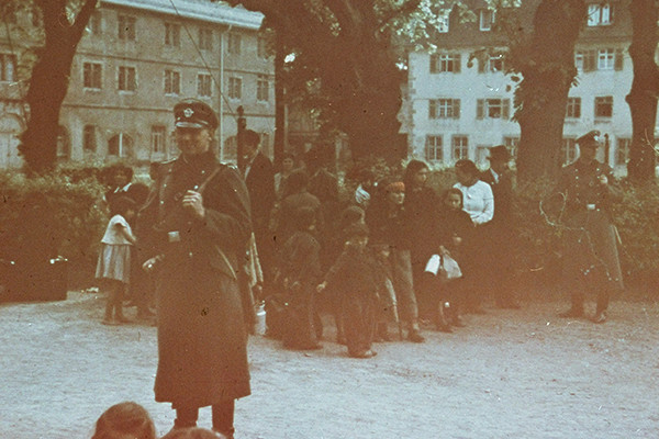 German police stand guard at an assembly point in Hohenasperg, where Roma await deportation to the General Government in Poland (May 1940) |  La policía alemana monta guardia al grupo de Gitanos en un punto de reunión en Hohenasperg antes de ser deportados al Gobierno General en Polonia (mayo de 1940). Bundesarchiv Bild-244-52