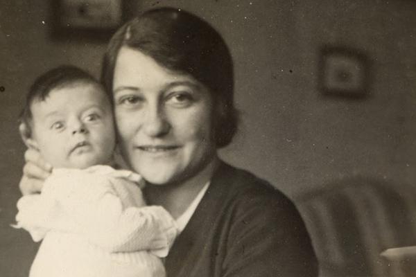 Michael Grunbaum (later Gruenbaum) with his mother, Margaret, 1930. US Holocaust Memorial Museum, courtesy of Michael Gruenbaum